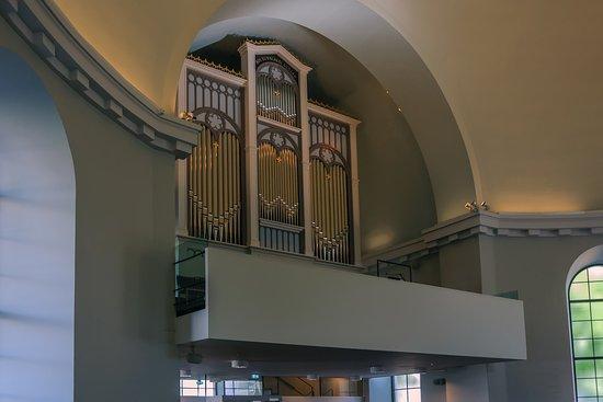 Небольшой церковный орган