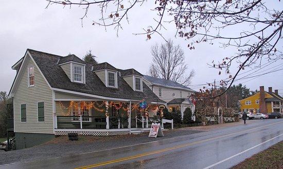 Washington, VA: Wine Loves Chocolate Exterior at Christmas