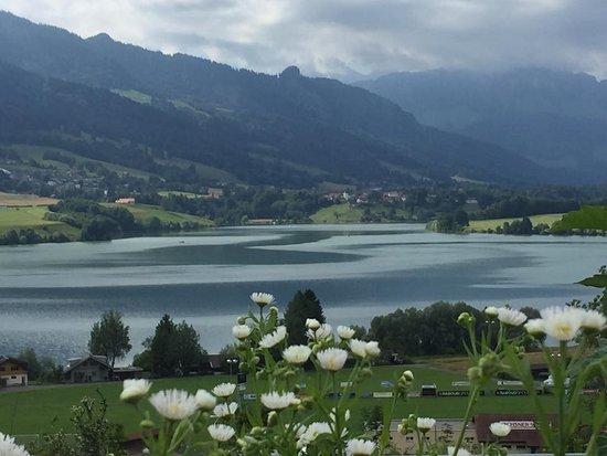 Avry-devant-Pont, Sveits: Vue du restaurant sur le lac de la Gruyère