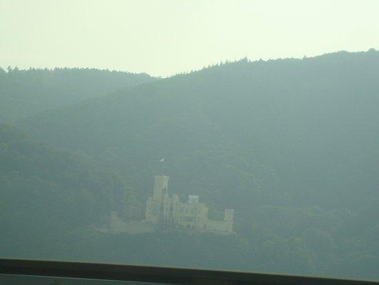 Lahnstein, Deutschland: pretty foggy castle across from restaurant