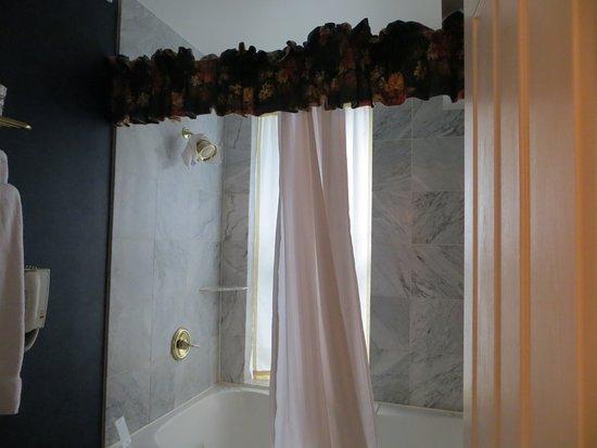 كليف هاوس آت بايكس بيك: A bit dated, but very functional bathroom