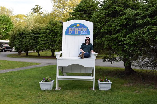 Bar Harbor Motel: Feeling small on the very large chair.