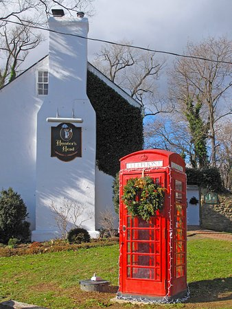 ‪‪Upperville‬, فيرجينيا: Hunter's Head Exterior Side w/ English Phonebooth‬