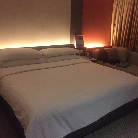 Traders Hotel, Kuala Lumpur: Freshly Made Bed With Crisp Sheets
