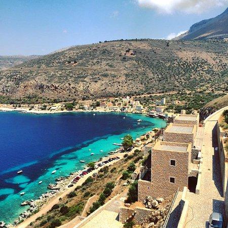 Ареополи, Греция: Στο βάθος Λιμένι