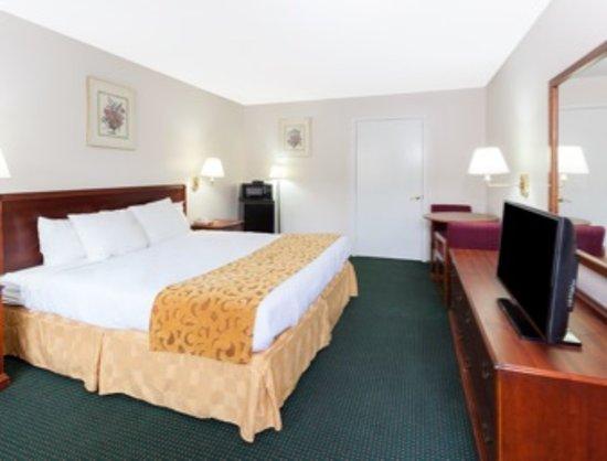 Days Inn by Wyndham Dahlonega: king bed
