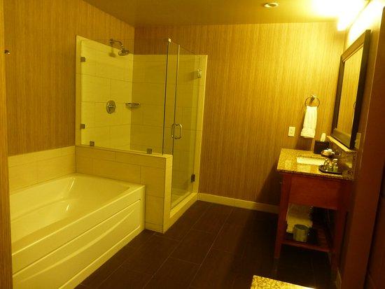 Jamaica Bay Inn: Baño en suite con doble pileta, ducha y bañera