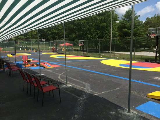 Monteagle, TN: Big recreation area with basketball for all ages, bean bag games, yard games, sun screen for com