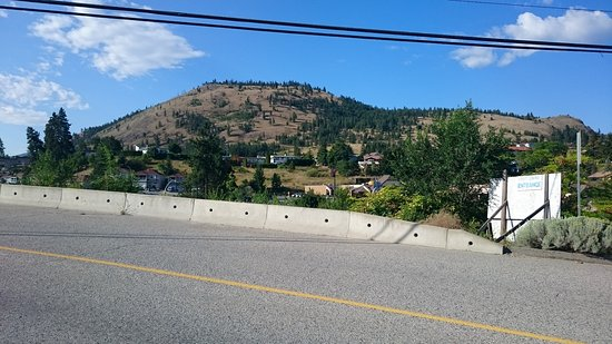 Summerland, Canadá: Looking up to Giant's Head from Prairie Valley Road