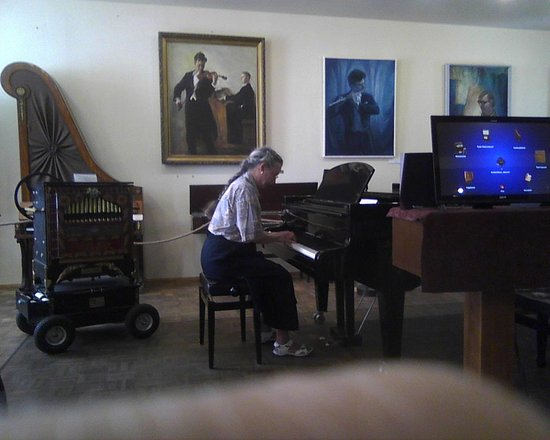 Estonian Theatre and Music Museum: pianist with very happy piano
