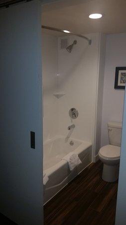 Hampton Inn Salt Lake City-Downtown: A very clean and modern bathroom