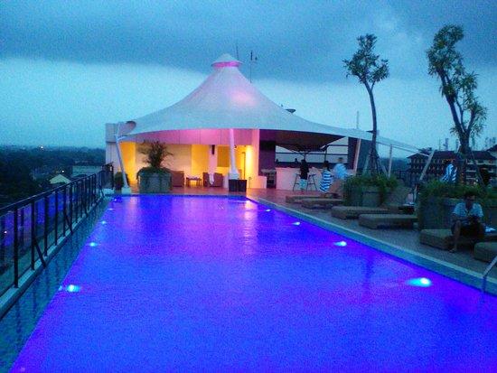Hotel dengan roof top dan infinity pool