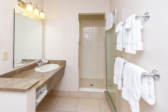 Terrace Bay Hotel: Suite Bathroom
