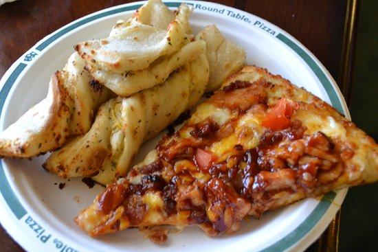 Yreka, Калифорния: BBQ CHICKEN PIZZA and PARMESAN BREAD