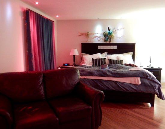 Drummondville, Canada: Le lit et la causeuse