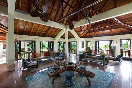 Crimson Resort and Spa, Mactan: Lobby