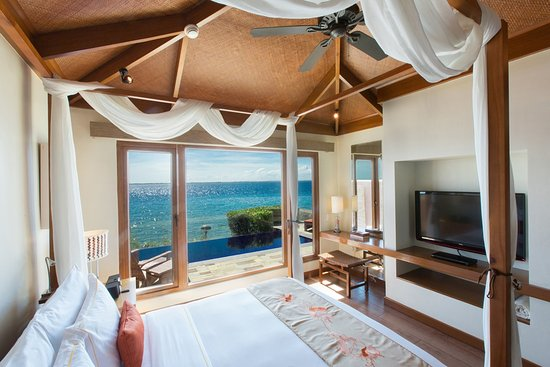 Crimson Resort and Spa, Mactan: Ocean Villa Bedroom