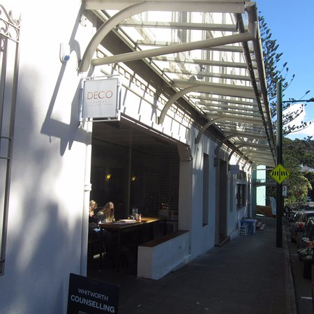 Titirangi, New Zealand: Inside/outside dining