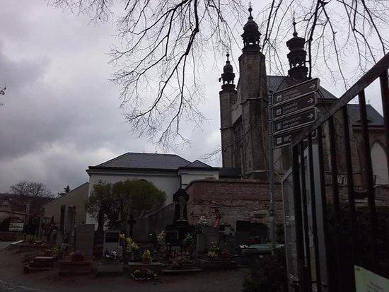 Седлец, Чехия: Vista de la capilla y el cementerio desde un lateral, t8mada desde el la calle por la que se lle