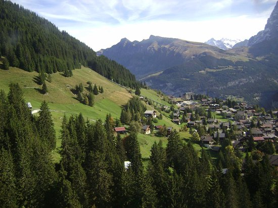 Murren, Szwajcaria: Фуникулер над деревушкой.