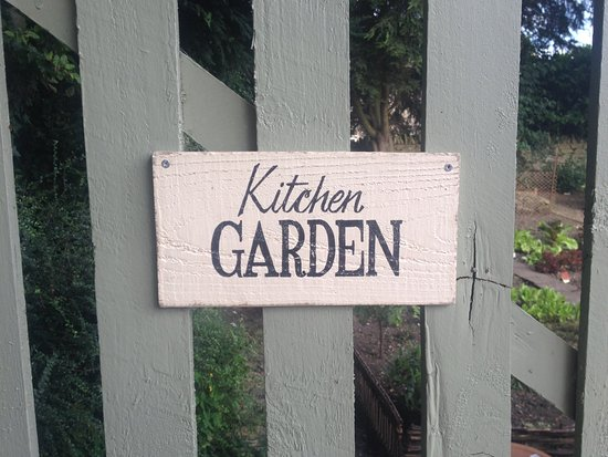 Kirtlington, UK: Organic Kitchen Garden of the Oxford Arms