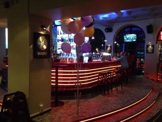 Hard Rock Cafe: Interieur gezien vanuit het restaurantgedeelte.
