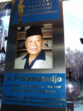 Bantul, Indonesien: Foto Pak Probo sebagai pemrakarsa-pendiri museum Memorial HM Soeharto terpajang di pintu keluar
