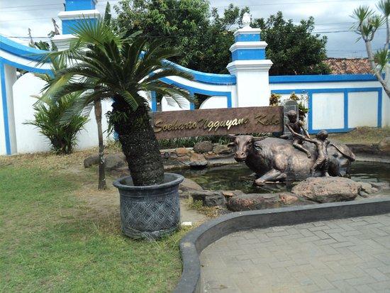 Bantul, Indonesien: Monumen 'Soeharto ngguyang kebo' tampak dekat gerbang masuk museum