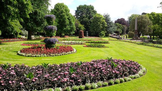 Leamington Spa, UK: Flowerbeds in Jephson Gardens