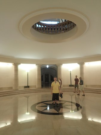 Manitoba Legislative Building: Stand here and talk, the effect is weird and worth the effort