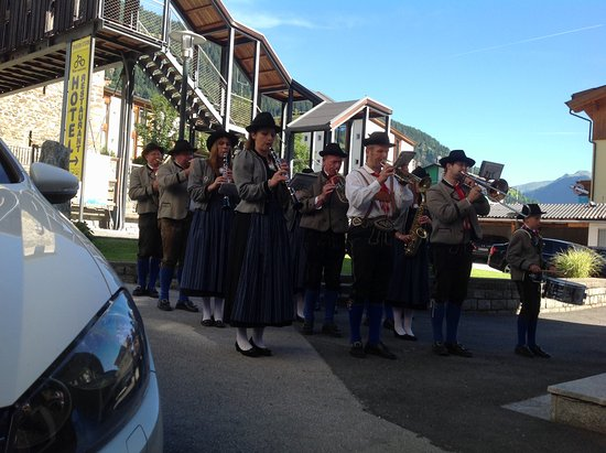 Tauernstern Natural Active Hotel: A Tyrol brass band in front of the hotel