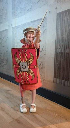 Xanten, Tyskland: in het museem kunnen kinderen een tenue passen van een legionair.