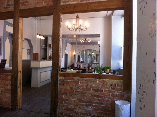 La Ferte Mace, Frankrike: Salle du restaurant depuis la table ronde à gauche de l'entrée
