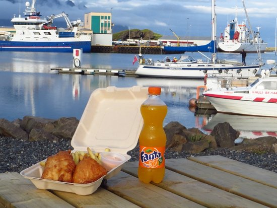 Hornafjorour, Islandia: Delicious Fish and Chips, our Icelandic coctail sauce and a bottle of Fanta. What can possibly b