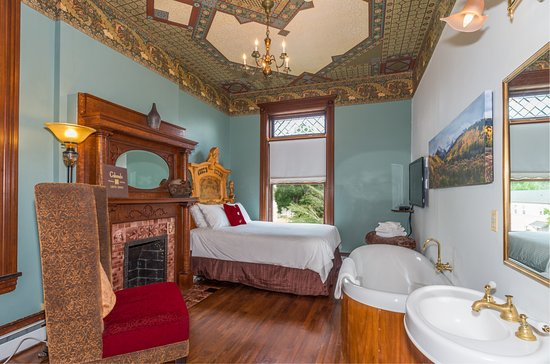 Lumber Baron Inn & Gardens: Colorado Room