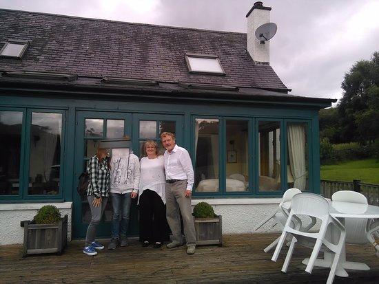 Nostie, UK: La terrazza e la veranda per l'ospiti. Con i proprietari.