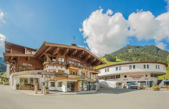 Hotel Das Zwolferhaus: Hotel im Sommer