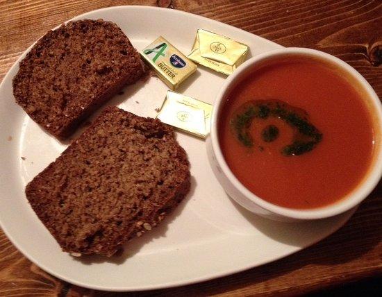 Letterfrack, Ierland: Veldon's - soupe du jour tomate-basilic et excellent soda bread
