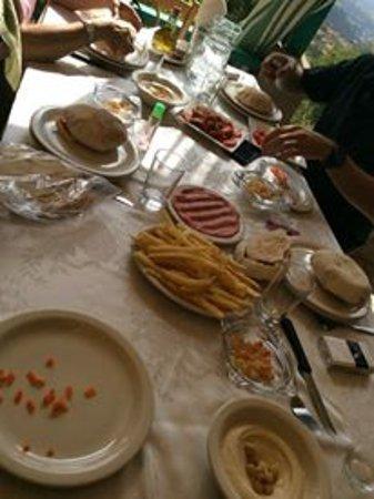 إهدن, لبنان: mezza table