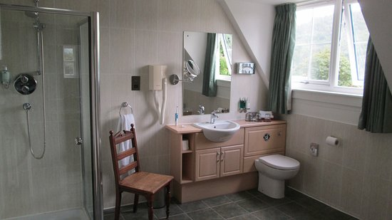 The Lovat, Loch Ness: Ensuite bathroom (Super Deluxe Double Bedroom)