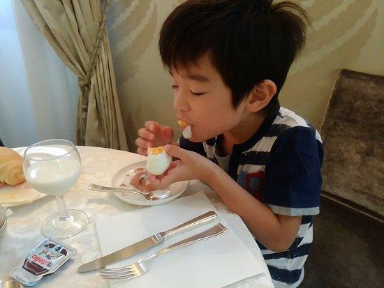 Hotel Carlton Capri: 子どもも大きくなり、今年の旅行からは3ベッドルームにしました。部屋は清潔感にあふれ、全てがそろってました。朝食もシンプルでしたが、美味しかったです。サービも素晴らしい!