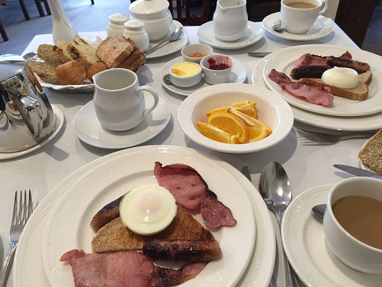 Kathleens Country House : Breakfast with bacon, sausage and poached egg.