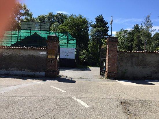 Fiano, Italia: Le portail, en réfection pour accéder à l'hôtel