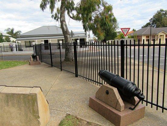 Glenelg, Australië: Ship's canons in the reserve