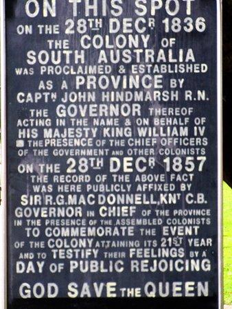 Glenelg, Australië: A plaque commerating the proclamation