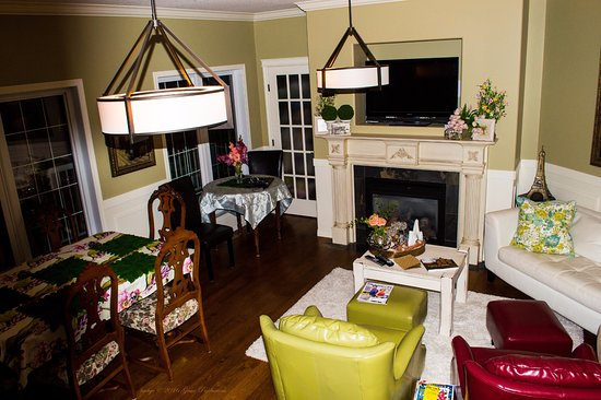 Meadow Lake, Canada : Living room with TV accessible to guests during their stay