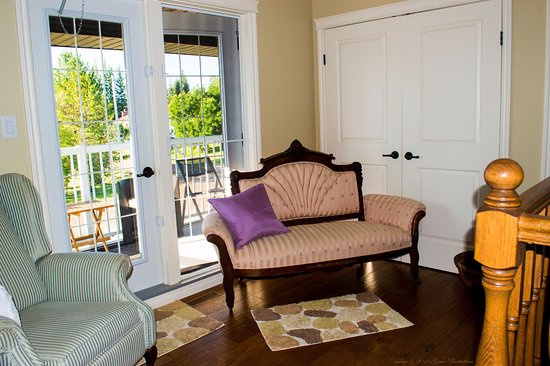 Meadow Lake, Canada : Sitting area on the 2nd floor outside the guest rooms - furnished balcony beyond