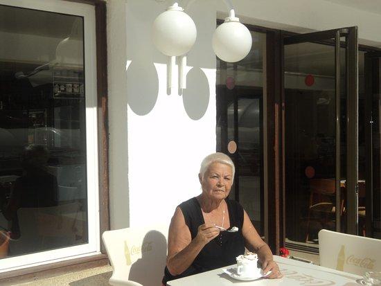 Hotel Riviera: В баре можно выпить кофе со сливками.