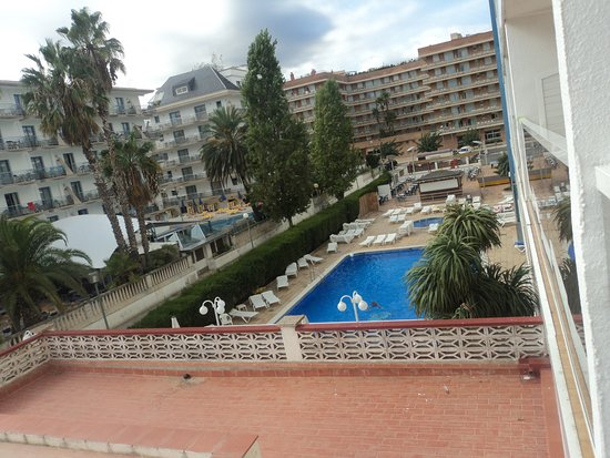 Hotel Riviera: Вид с балкона на бассейн.