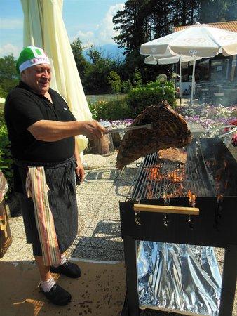 Brezzo di Bedero, Italy: lo chef Ugo e la griglia di carne